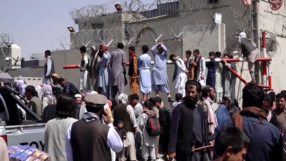 Afghanistan: corsa contro il tempo all'aeroporto di Kabul, mentre incombe il rischio di attentati