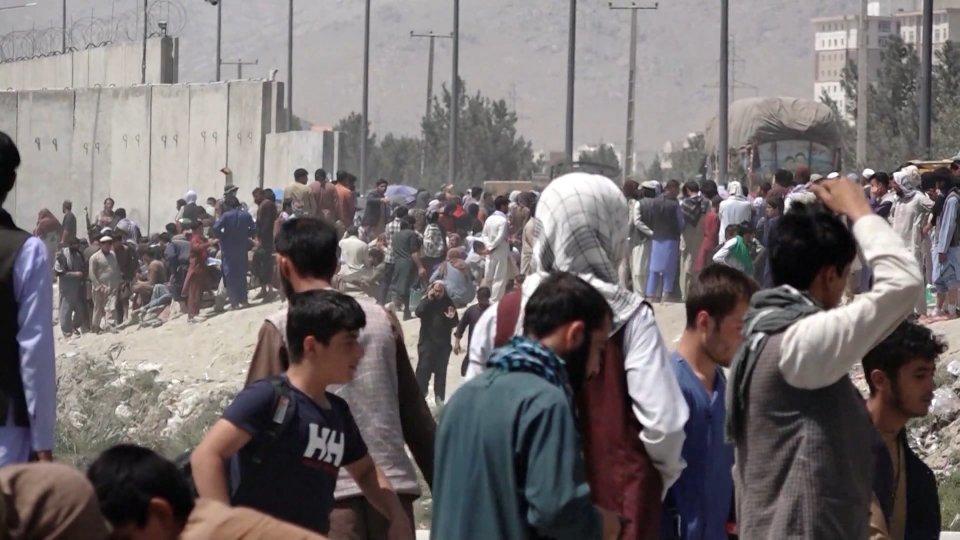 Afghanistan: attacco terroristico all'aeroporto di Kabul. Strage di civili afghani