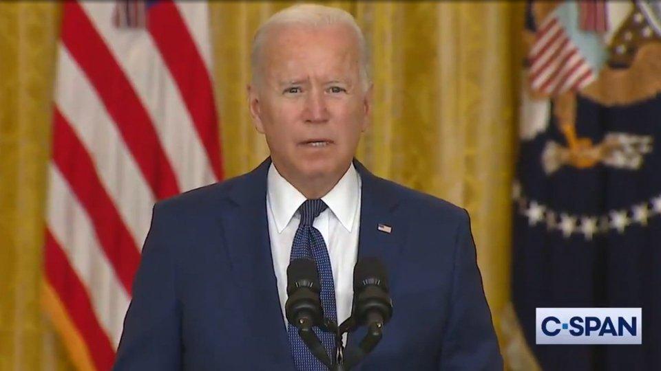 """Afghanistan, cresce il bilancio dell'attentato in aeroporto; Biden: """"Ve la faremo pagare"""""""