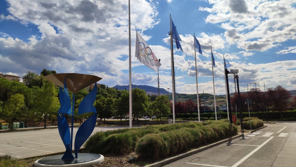 Bandiera olimpica a mezz'asta in onore dell'ex presidente del CIO Jacques Rogge