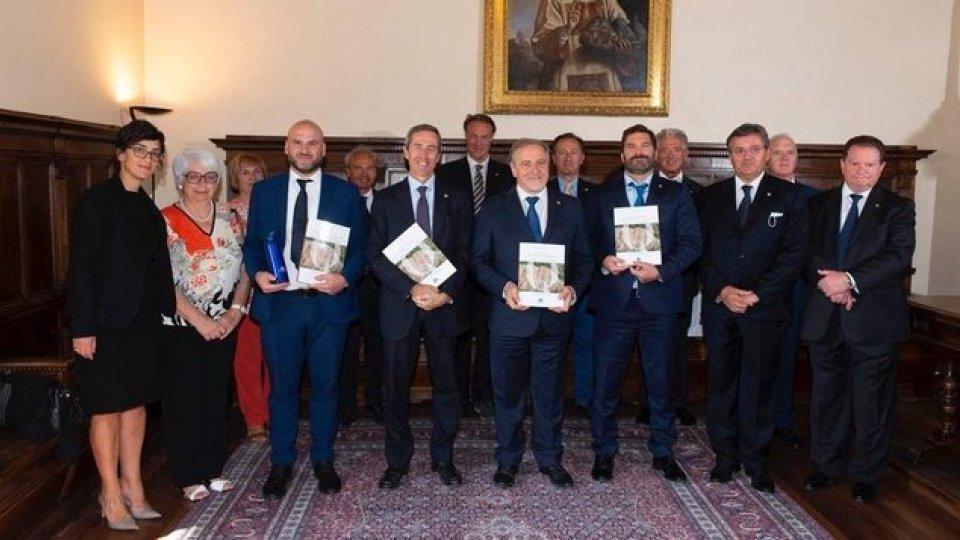 """SUMS presenta all'Ecc.ma Reggenza il libro  """"Atlante delle Formazioni geologiche della Repubblica di  San Marino"""" di Conrad Mularoni"""