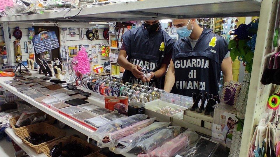 Guardia di Finanza Rimini: sequestrati capi di abbigliamento contraffatti e giocattoli non sicuri