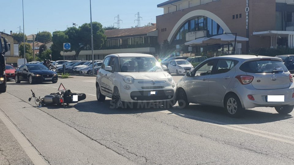 Tre mezzi coinvolti in un incidente a Riccione, motociclista trasportato in ospedale