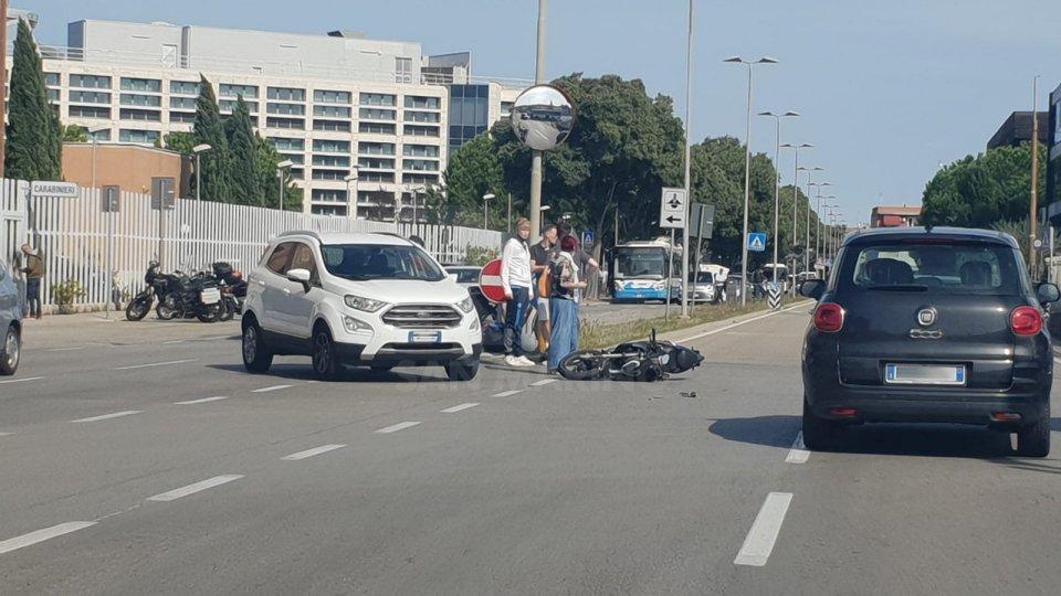 Rimini: moto si scontra con auto durante la svolta, centauro all'ospedale