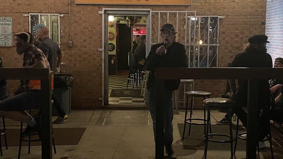 Birretta in un bar di periferia...nessuno riconosce Mick Jagger