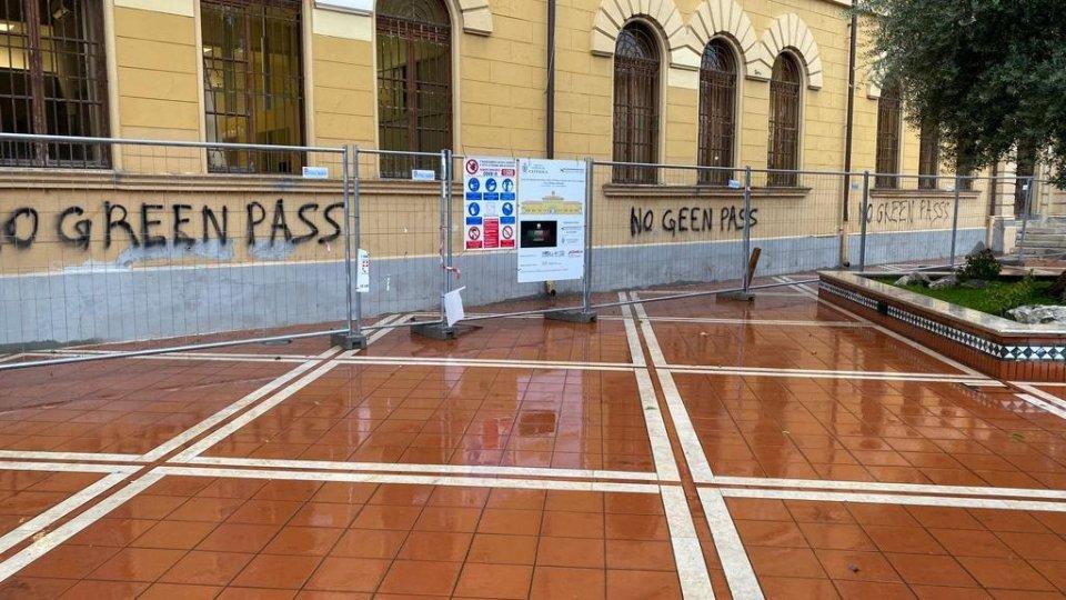 Cattolica: ignoti imbrattano la facciata del Comune, appena rinnovata