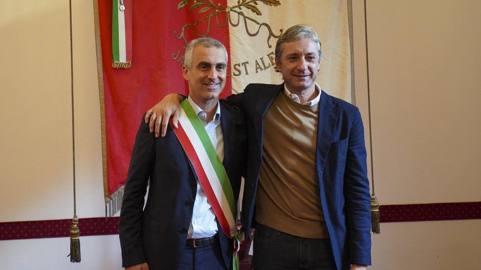 Jamil Sadegholvaad riceve la fascia tricolore da Gnassi e diventa sindaco