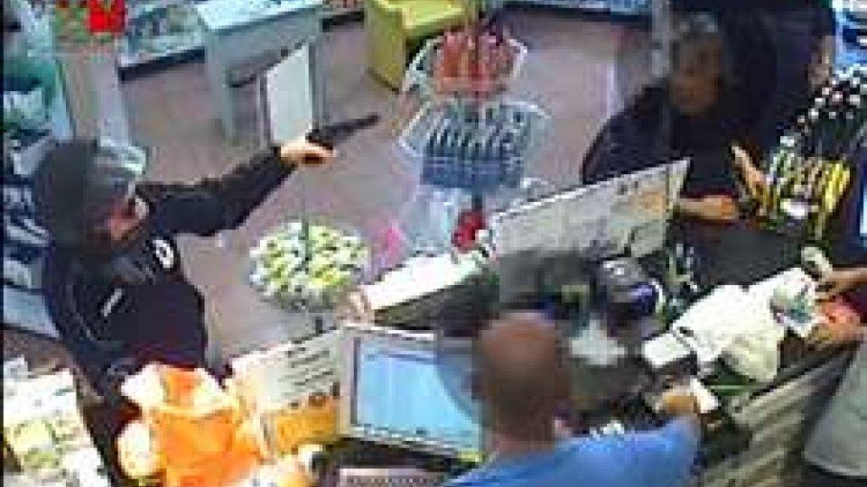 Un frame delle immagini di sorveglianzaRimini: rapina a mano armata in farmacia, arrestato il malvivente [LE IMMAGINI]