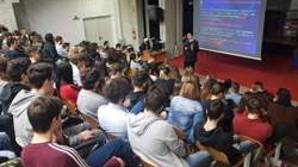 """Rimini e Santarcangelo: i Carabinieri incontrano gli studenti della scuola media """"Borgese"""" e dell'istituto d'istruzione superiore""""R. Molari"""""""