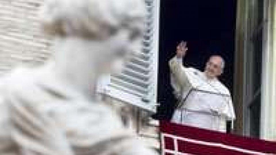 Papa Francesco: prego per passeggeri aereo malese e nave fiamme