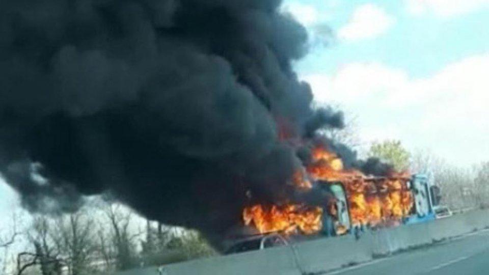 L'autobus in fiamme. Foto ansaStrage sfiorata: senegalese dirotta e incendia scuolabus. Si indaga anche per terrorismo