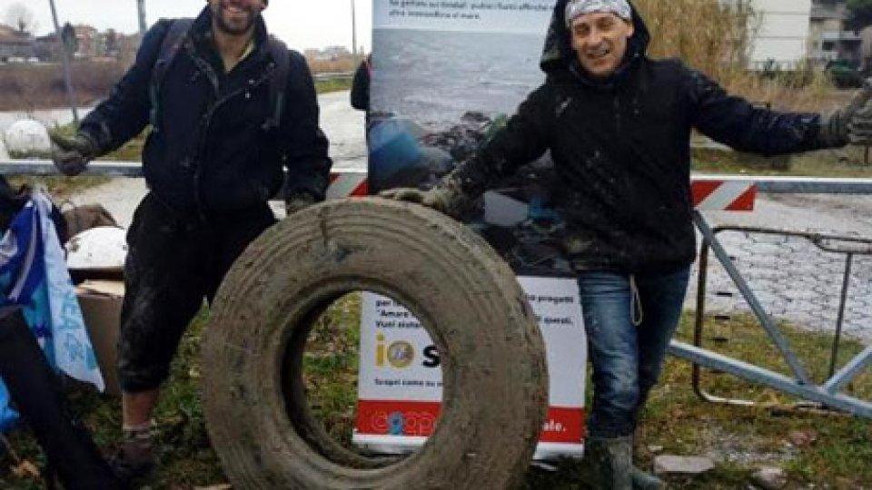 Rimini: volontari puliscono gli argini del deviatore del Marecchia