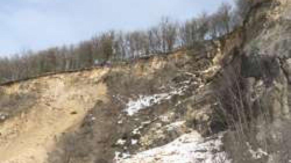 La cava a FiorentinoPaura a Fiorentino: frana di terra e massi nella vecchia cava