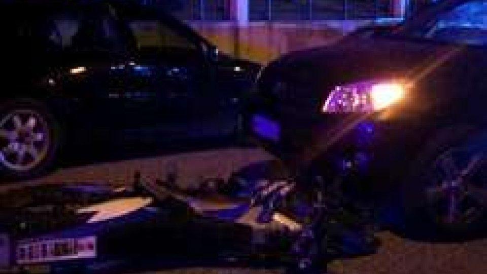 Falciano: moto scivola sotto una macchina, ragazzo incastrato con la testa sotto l'auto