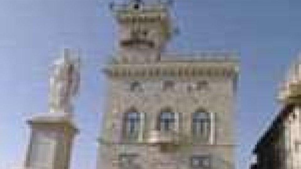Prof. precario si incatena a Palazzo Pubblico