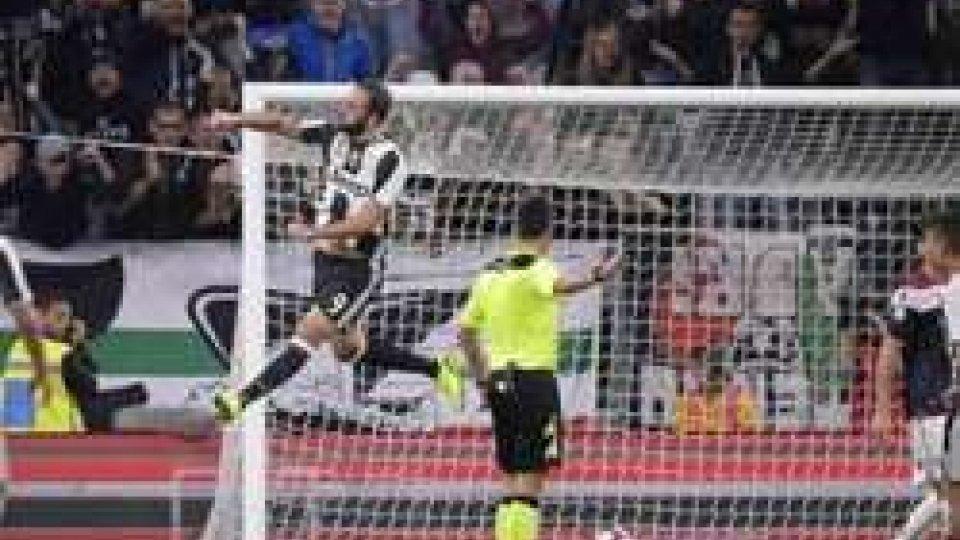 L'esultanza di Higuain (foto LaPresse)La Juve torna in vetta, in Napoli s'inceppa