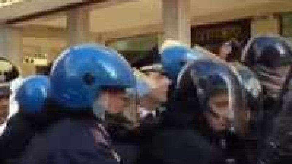 """Rimini: tensioni in centro per lo """"sciopero sociale"""""""