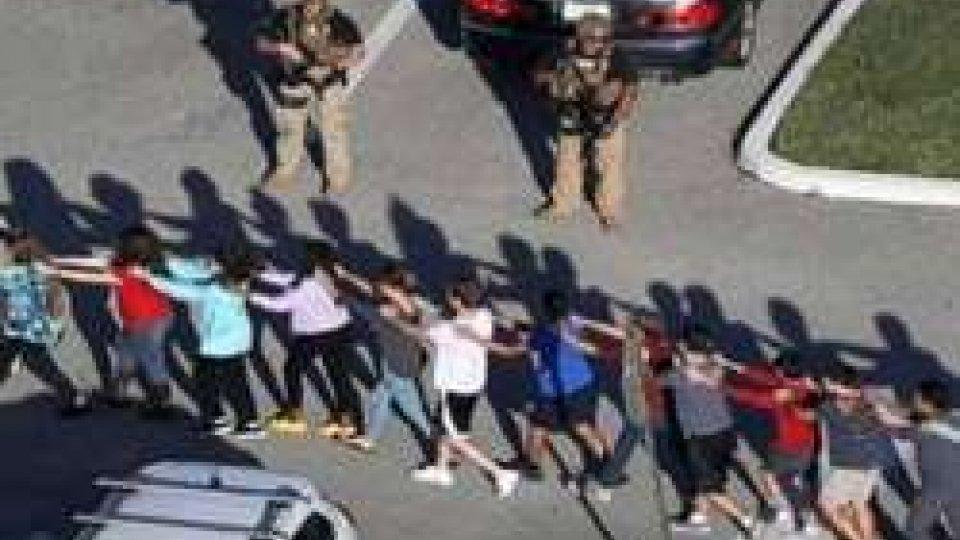 Alcuni studenti evacuano la scuola