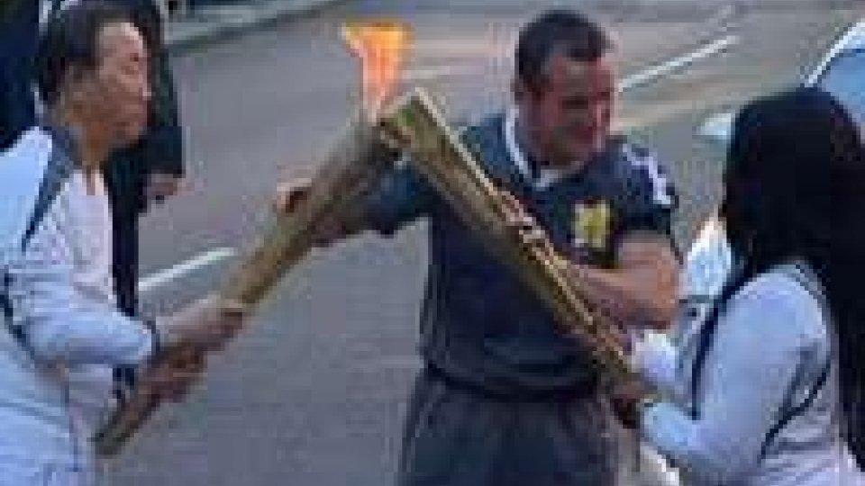 La torcia olimpica sfila per le strade di Londra
