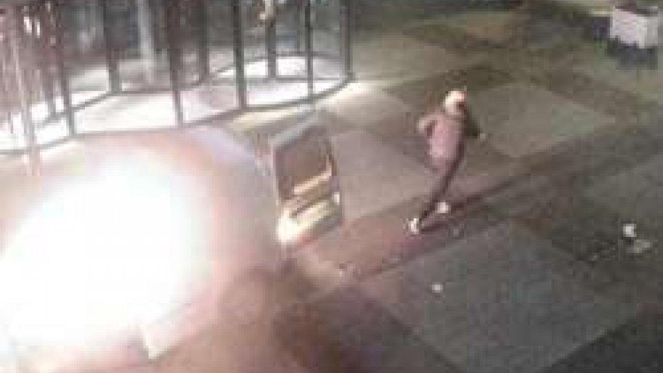 Un uomo fugge dopo lo scontro