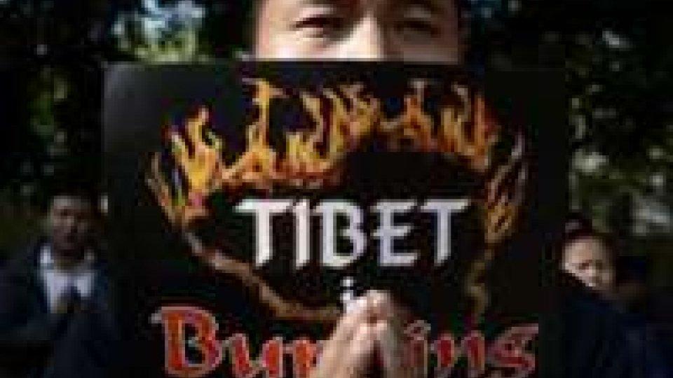 Cina: ragazza si da fuoco per protesta e muore