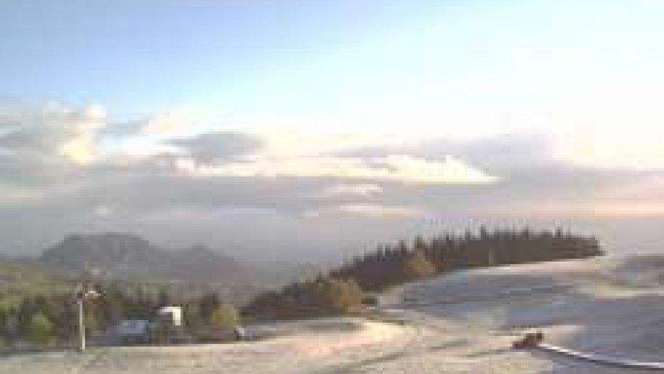 I primi fiocchi di neve imbiancano il Carpegna