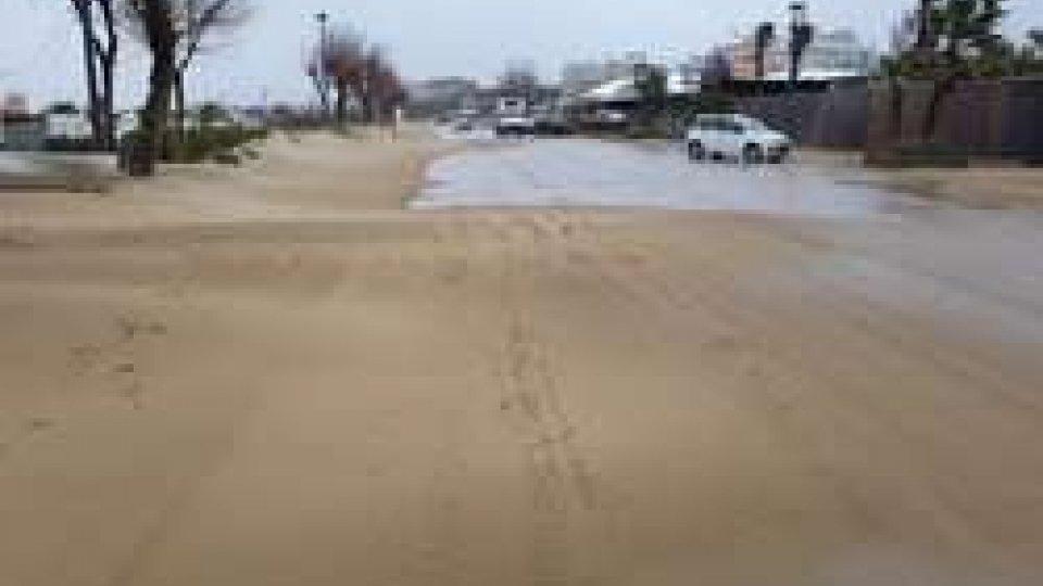 """La sabbia """"inonda"""" il lungomare"""