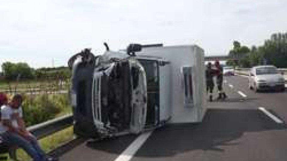 Il furgone ribaltatoIncidente a Igea Marina: furgone ribaltato e auto fuori strada [IMMAGINI]
