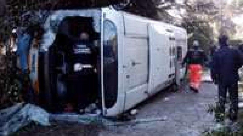 Un autobus si ribalta a Vergiano, ricoverata 75enne