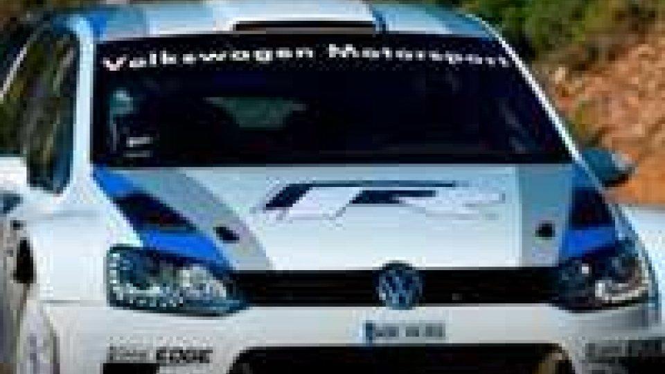 Lo spagnolo Carlos Sainz al volante della nuova Polo WRC al via del rally Legend 2012