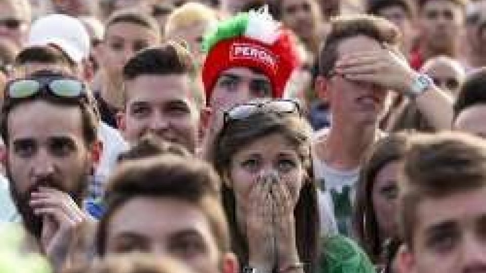 Italia fuori ai rigori contro la Germania: la delusione dei tifosiItalia fuori ai rigori contro la Germania: la delusione dei tifosi
