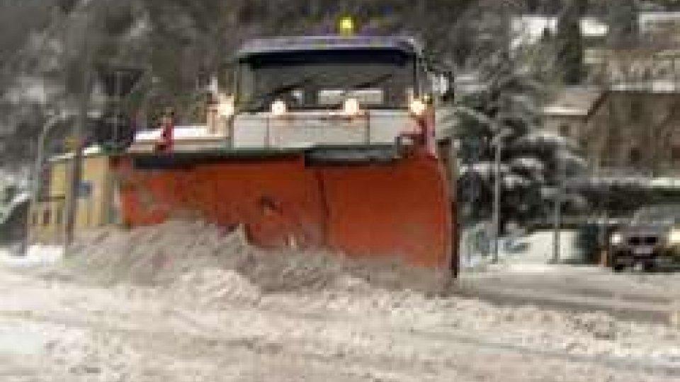 Gli spartineve a BorgoMaltempo: oltre 10 centimetri di neve in Città e Chiesanuova