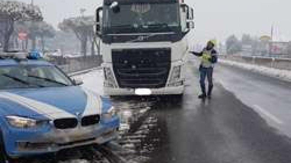 Tir fermato dalla StradaleA14 chiusa nella notte per gelicidio: ritirata la patente a due camionisti