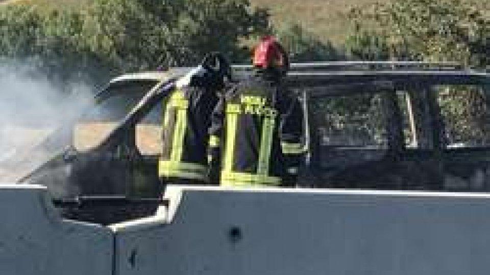 Camioncino in fiamme (ph L.Giardi)Superstrada: a fuoco un mezzo sulla consolare