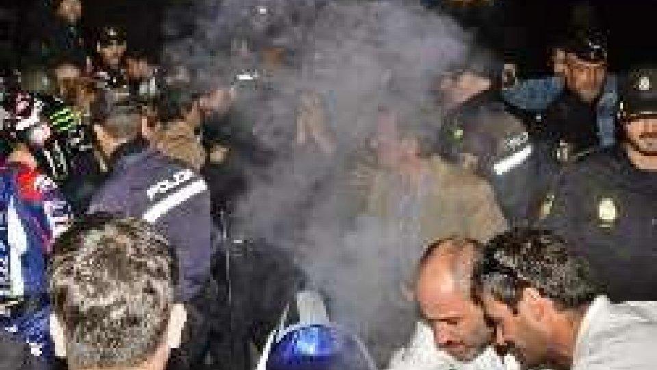 Jorge Lorenzo: Yamaha a fuoco durante la festa per il titoloJorge Lorenzo: Yamaha a fuoco durante la festa per il titolo