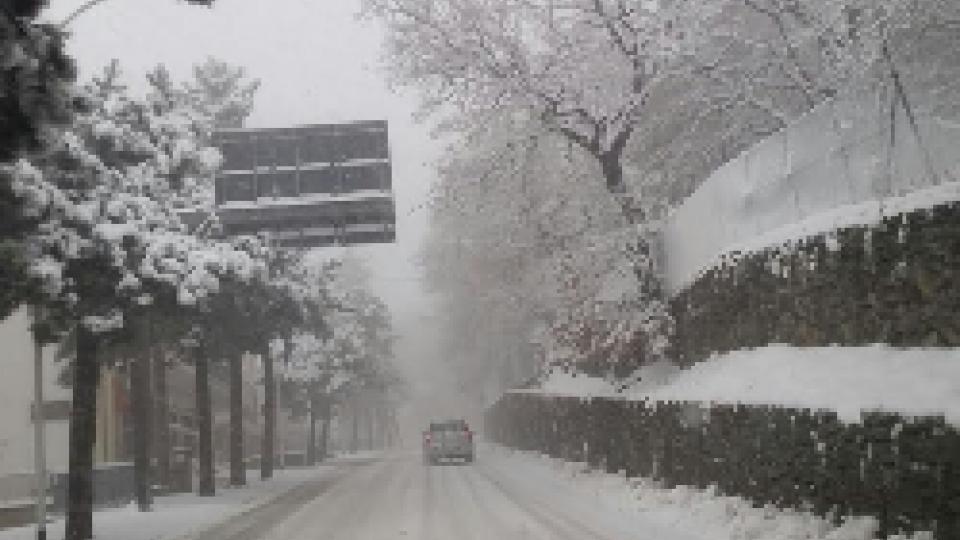 Prima neve sul TitanoNeve a San Marino: circa 10 cm alle quote alte. Annullati gli eventi del Natale delle Meraviglie