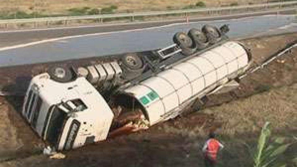 Incidente in A14: si ribalta camion pieno di caramello