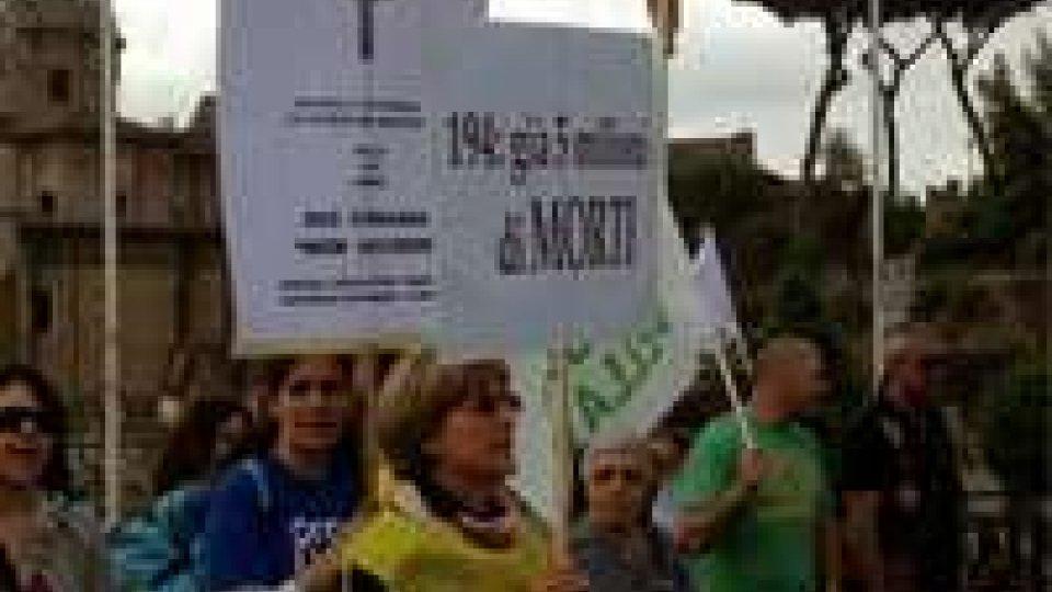 """Aborto, marcia per la vita a Roma: """"siamo in 30mila"""""""