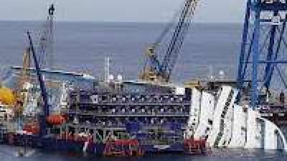 Costa Concordia: al via le operazioni per girare la nave