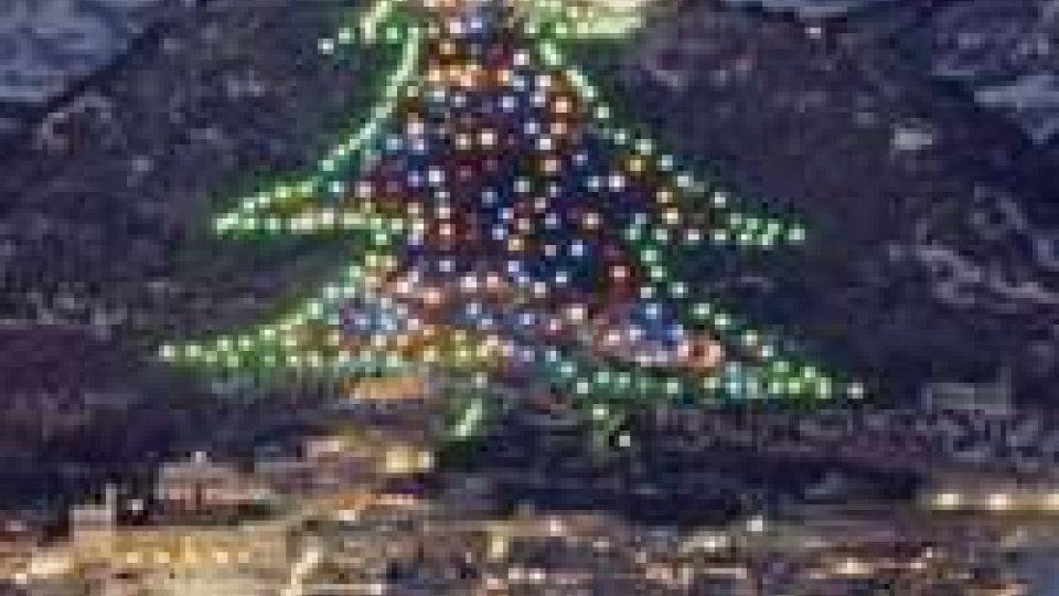 Natale: Napolitano accende albero da guinnes con un tablet