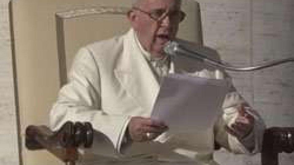 """Papa Francesco rimprovera le famigliePapa Francesco rimprovera le famiglie: """"Basta tv e smartphone a tavola, recuperate convivialità"""""""