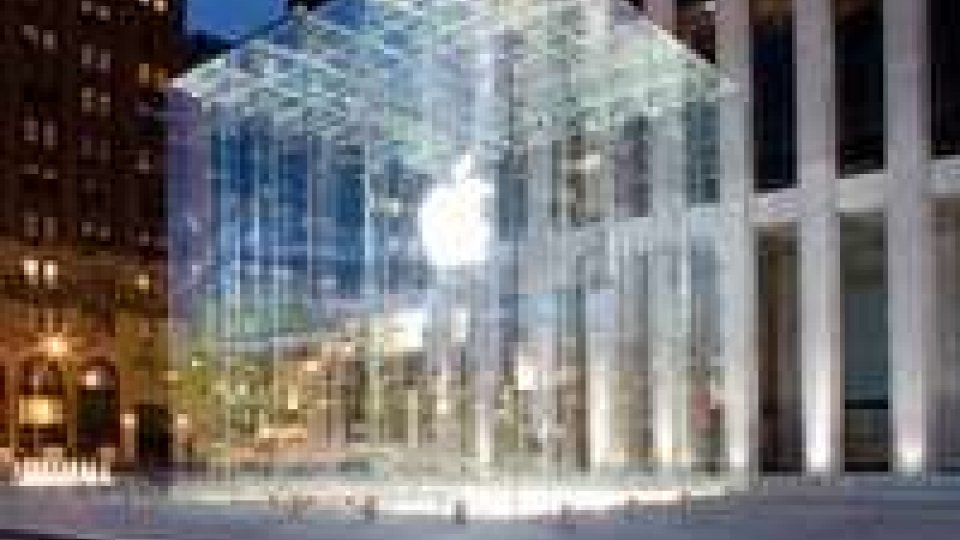 Maltempo: nevica a Ny e si incrina cubo cristallo Apple