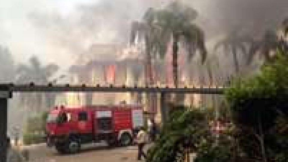 Egitto: pro Morsi incendiano veicolo polizia a universita'