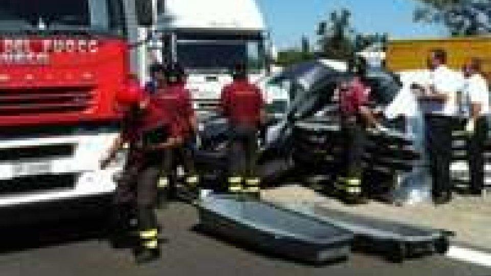 Modena Sud, Tir tampona auto: 2 morti sull'A1.