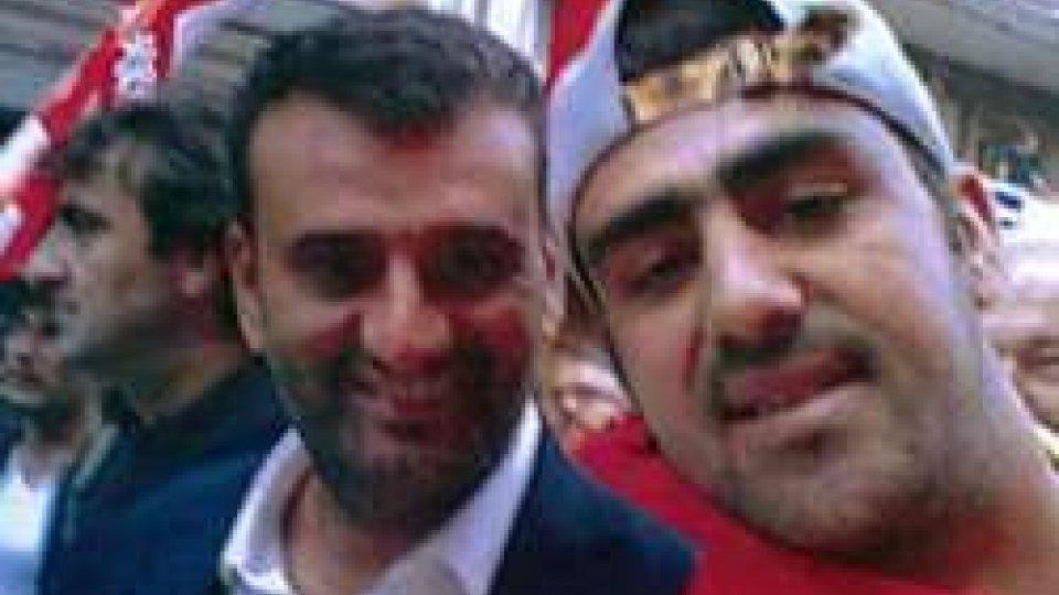 Uno dei presunti terroristi fermati a Bari, Hakim Nasiri (D), in una foto scattata insieme al sindaco di Bari, Antonio Decaro