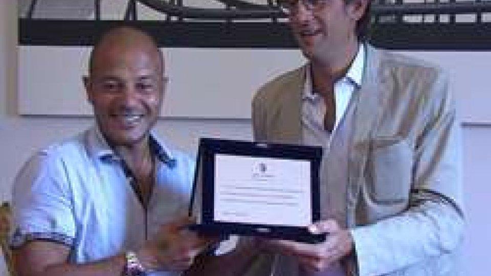 Adrian Ricchiuti e Gian Luca BrasiniAdrian Ricchiuti: il comune di Rimini lo premia con una targa ricordo