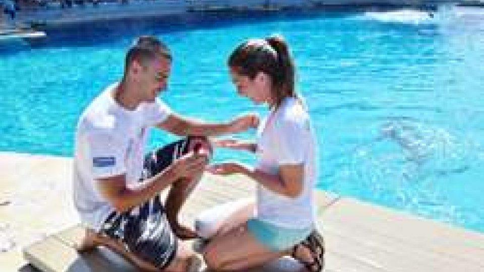 """Oltremare Riccione: Judit dice """"sì"""" tra i delfini della laguna"""