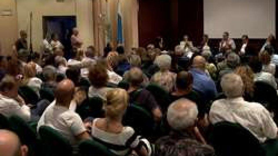 Una sala Montelupo gremitaBanche: la serata Csu si trasforma in bagarre