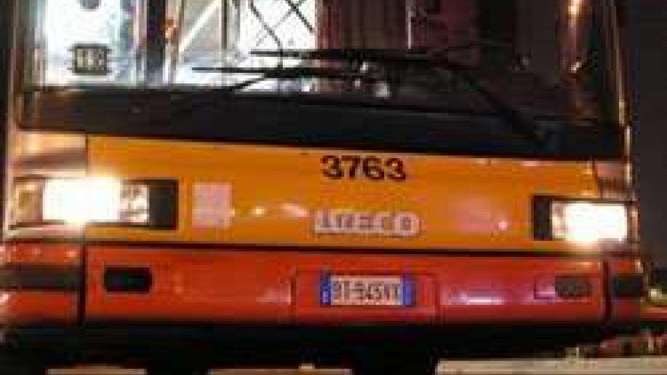 Si scaglia con accetta contro bus: paura a Riccione