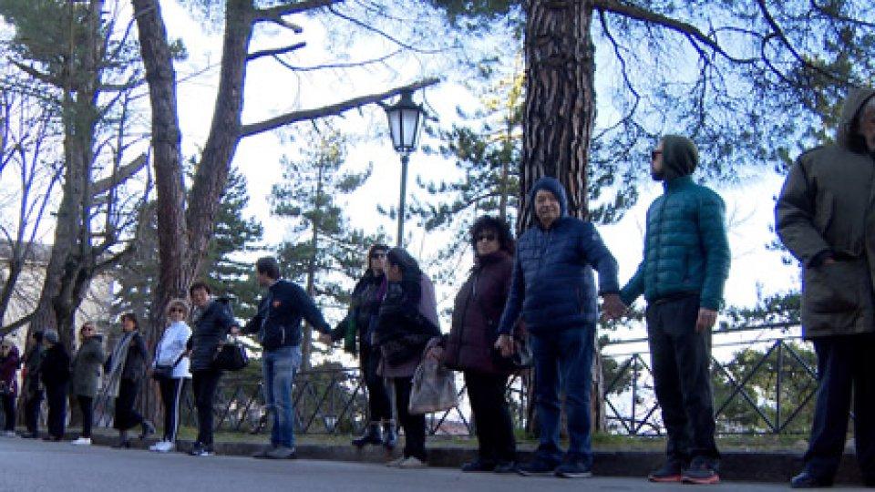 la protestaVia Paolo III: abbracciano gli alberi e formano una catena umana nel sit in